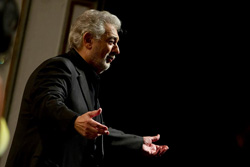 Placido Domingo cantando