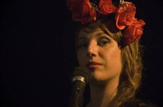 foto de anita bell's cantando en directo, primer plano