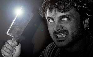 foto de la obra LA NOTA DE BLAKE de A Telón Cerrado Málaga, con salva reina portando un gran cuchillo de cocina con gesto amenazador