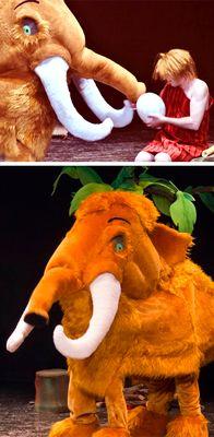 dos escenas de la obra infantil Los cavernícolas y Mamut