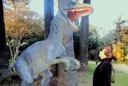Isabel bono en una fotografía con una maqueta de un dinosuario